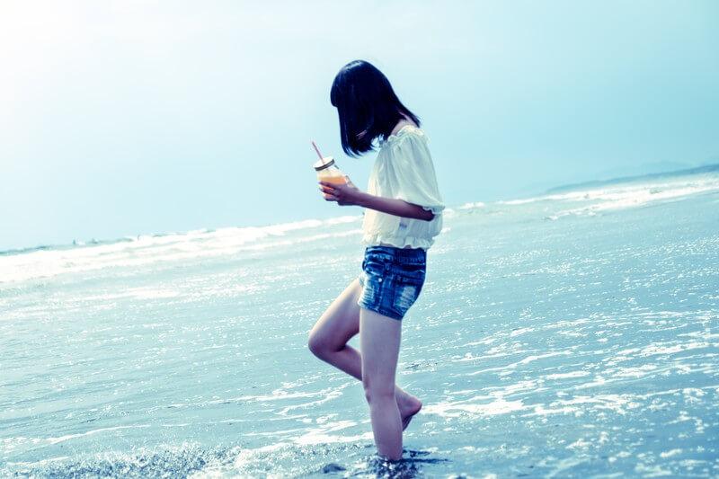 沖縄のビーチに佇む女の子